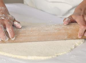 Etaler la pâte à pizza sans gluten