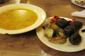 Soupe de quinoa et assiettes de légumes dont patates chuno