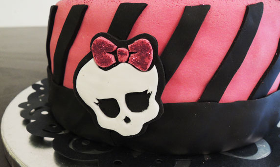 Logo Monster High en pâte à sucre