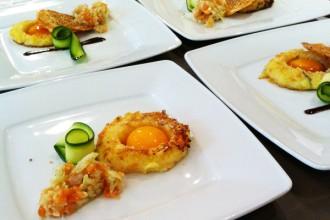 Ma version sans gluten au premier plan (sans soja ni croustillant sésame et avec un jaune d'œuf cru non mariné!)