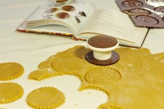 Découpe des sablés avec le cookie cutter Silikomart