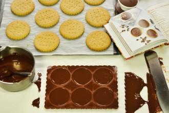 Moulage des tablettes de chocolat pour recouvrir les sablés