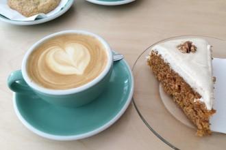 Carrot cake sans gluten et cappuccino - Le Tigre Coffeshop