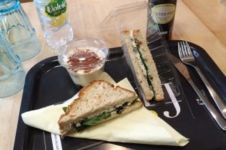 Sandwich sans gluten sandwich poire, bleu, noix et épinards avec tiramissu en dessert