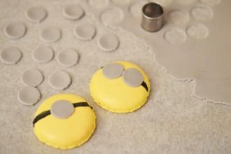 Découpez des ronds dans la pâte à sucre grise