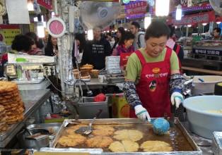 un des nombreux stands de bindae duk au marché Gwangjang à Séoul