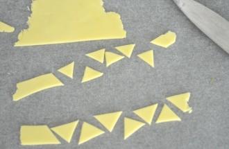 Découpez des triangles jaunes pour le bec