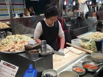 Fabrication des dumplings au marché