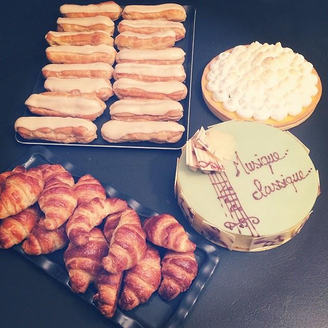CAP blanc : tarte au citron, entremet poire, croissants, éclairs